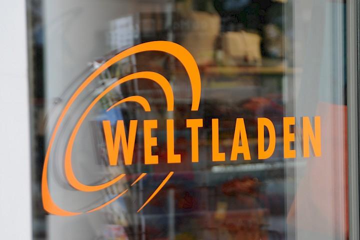 """Ladentür mit Aufschrift """"Weltladen"""""""