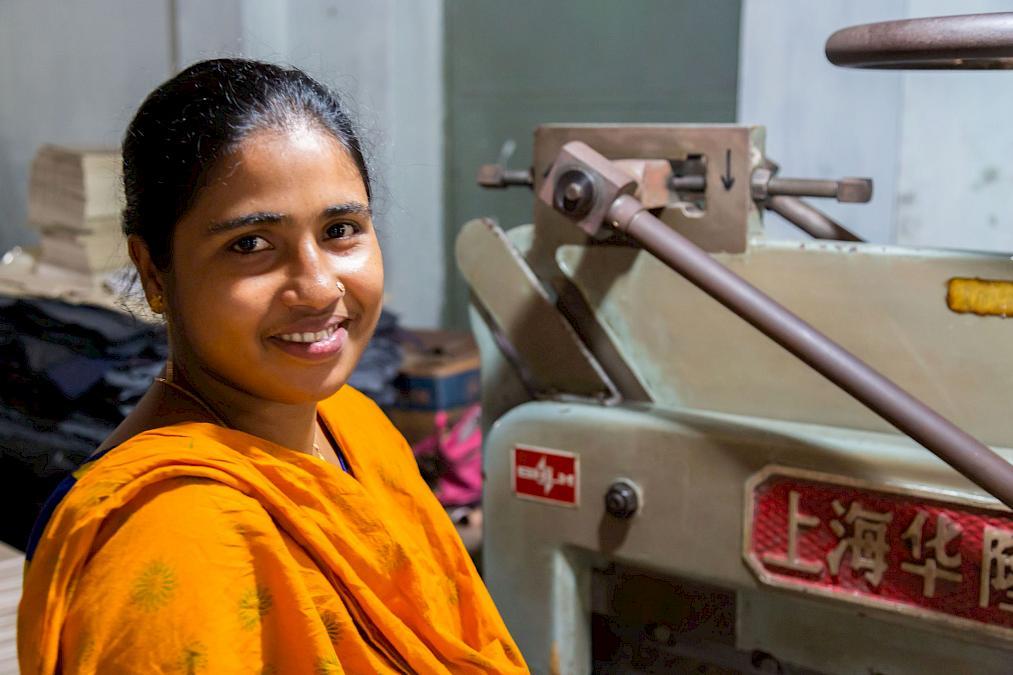 Khadiza Khatun, Mitarbeiterin in der Papierwerkstatt von Prokritee